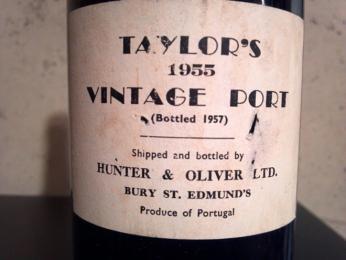 Láhev vína Vintage se otevírá až po 10 až 30 letech