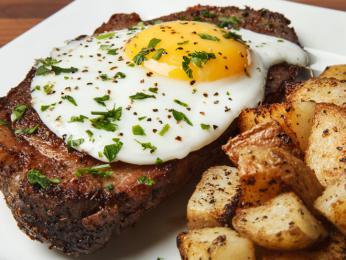 Šťavnatý plátek masa sopečeným bramborem a vajíčkem