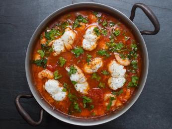 Caldeiradu tvoří rajčata apetržel spolu srůznými druhy ryb