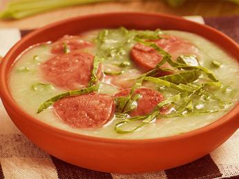 Nejznámější portugalská polévka caldo verde skousky klobásy