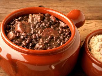 Dušené fazole feijoada sklobásou se často podává vhliněném hrnci