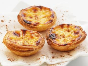 Pastel de nata sypané skořicí jsou nejznámějším portugalským zákuskem