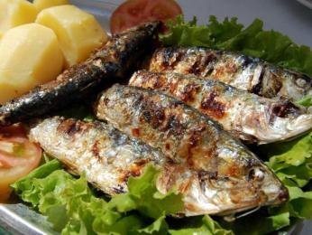 Nejlevnější rybou na ulici jsou grilované sardinky