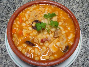 Tripas à moda zdrštěk abílých fazolí pochází zPorta na severu Portugalska