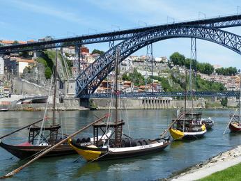 Portské kdysi do portských sklípků dovážely tyto loďky