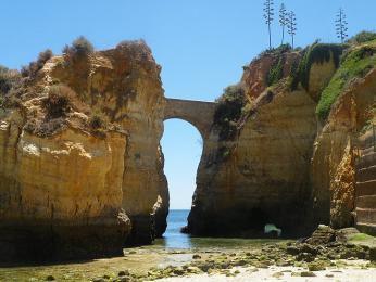 Pobřeží Algarve zdobí zajímavé vápencové útvary
