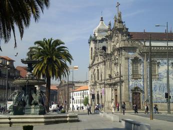 Všudypřítomné barokní kostelíky a palmy vcentru Porta