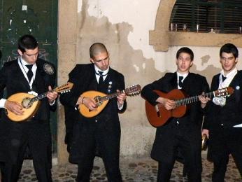 Studenti vtradičních pláštích hrají fado při mnoha příležitostech