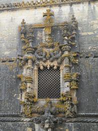Okno Tomarského kláštera - učebnicový příklad manuelského stylu