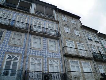 Barevné dlaždičky zdobí i chrání omítky domů