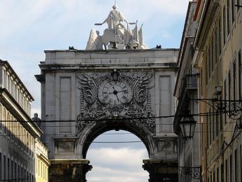 Majestátní oblouk vulici Rua Augusta symbolizuje vítězství nad přírodními živly