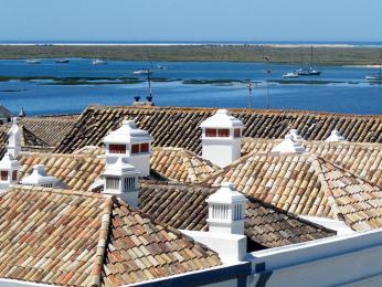 Bílé komínky zdobí domky na Algarve už od dob arabské nadvlády