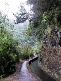 Cesty podél zavlažovacích kanálů jsou hlavní turistickou atrakcí Madeiry