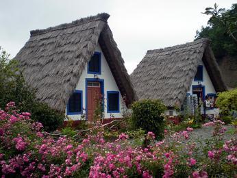 Domy strojúhelníkovou slaměnou střechou dnes slouží hlavně jako turistická atrakce