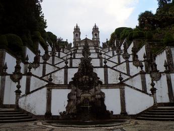 Kpoutnímu místu Bom Jesus de Monte stoupá překrásné alegorické schodiště