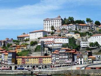 Ribeira je skvělé místo na posezení vkavárně i procházku podél řeky Douro