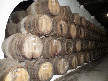 Slavné portské víno dozrává ve sklepeních ve Vila Nova de Gaia