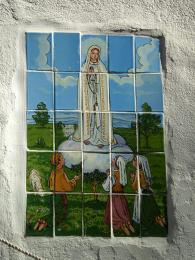 Kachličky zobrazují zázračné zjevení Panny Marie třem dětem změsta Fatima