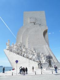 Památník ve tvaru karavely na počest významným portugalským osobnostem