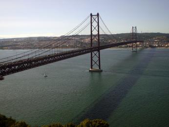 Někdejší Salazarův most dnes nese jméno Ponte25 de Abril na počest svržení jeho režimu