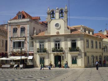 Půvabné náměstíčko města Cascais láká kprocházce či posezení u kávy