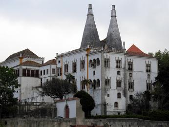 Stylově rozmanitý Palácio Nacional vSintře má neobvyklé komíny