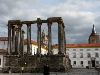 Jednou znejzachovalejších římských památek je Templo Romano vÉvoře