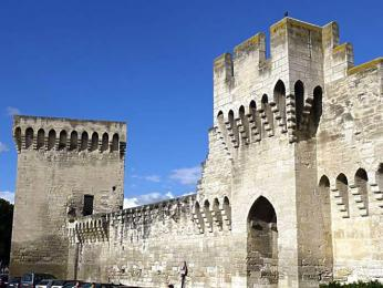 Staré město Avignonu je dodnes obehnáno hradbami