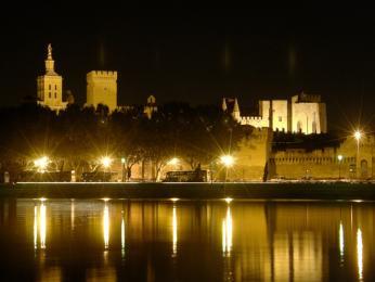 Pohled na noční Avignon