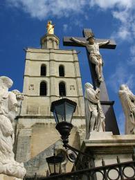 Katedrála Notre-Dame de Doms leží severně od Papežského paláce