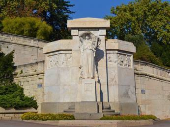Válečný památník vparku na skalním ostrohu Rocher des Doms