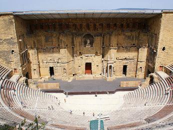 Římské divadlo v Orange sloužilo mnoha účelům