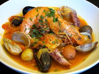 Bouillabaisse je pokrm, který obsahuje min. 4 druhy ryb arůzné koření