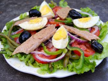 Salát Niçoise svajíčkem aančovičkami je oblíbený po celé Evropě