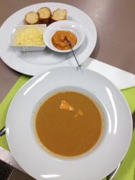 Rybí polévka soupe de poissons se správně podává smističkou rouille