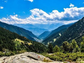 Andorra leží v Pyrenejích mezi Francií aŠpanělskem