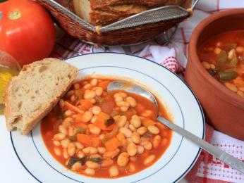 Řecké národní jídlo fasolada, neboli fazolová polévka