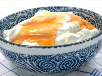 Sladký řecký jogurt smedem