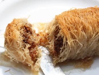 Jako dezert si můžete dát kataifi, sladký váleček nití z filo těsta