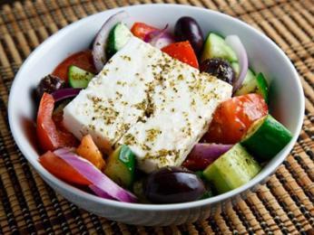 V řeckém salátu nesmí chybět čerstvá zelenina, olivy asýr feta