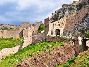 Přístup do hradu Akrokorint je tvořen třemi branami sobrannými zdmi