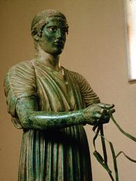 Nejslavnějším exponátem delftského muzea je bronzová socha vozataje vživotní velikosti