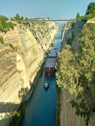 Při proplouvání Korintským průplavem musí být větší lodě taženy remorkéry
