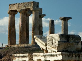 Ruiny Apollónova chrámu ve starověkém Korintu