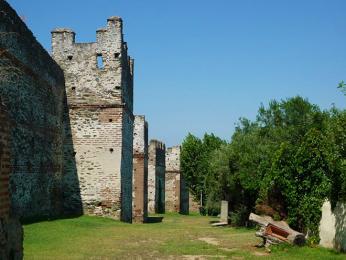 Hradby byly postaveny původně už ve 4.století