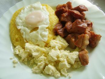 Pokrm tochitură se skládá zvepřového masa, mămăligy avajíčka