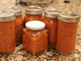 Domácí zeleninová pomazánka zacusc obsahuje nejčastěji lilek apapriky