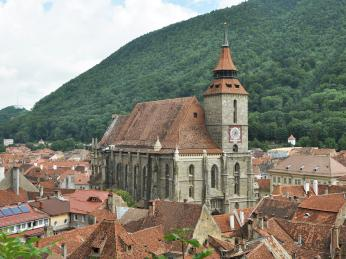 Gotický Černý kostel je hlavní dominantou města