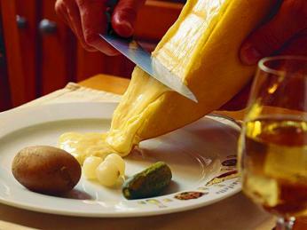 Raclette je v Savojsku populární stejně jako ve Švýcarsku