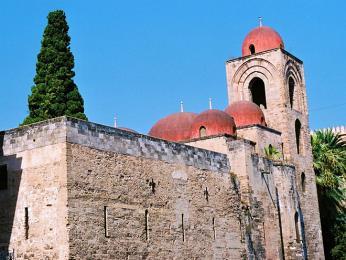 Kostel San Giovanni degli Eremiti dokládá arabský vliv vPalermu